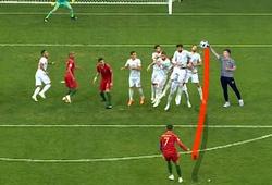 Kỳ lạ: Cú sút phạt của Ronaldo bị MC Trung Quốc tóm gọn