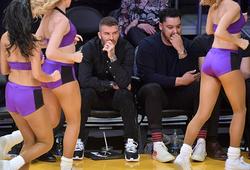 """Cựu sao bóng đá David Beckham bị bắt gặp """"soi mông"""" những cô gái Lakers Girls đầy hài hước"""