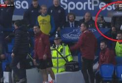 Ozil bị mỉa mai khi ném áo khoác ở trận Arsenal thua Everton