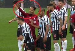 """Van Dijk """"ra lệnh"""" như thủ lĩnh giúp Liverpool chiến thắng Newcastle"""