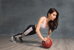 Bài tập 8 động tác với bóng giúp cơ thể chắc khỏe, eo thon dáng đẹp