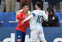 """""""Kẻ thù"""" bất ngờ bảo vệ Messi, trọng tài chính giải thích quyết định rút thẻ đỏ"""