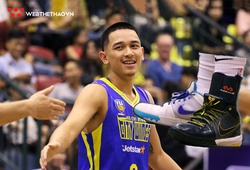 """Michael Soy và đôi giày 'mỗi bên một màu' bị các trọng tài """"tuýt còi"""" trong chiến thắng trước Thang Long Warriors"""