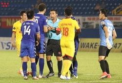 """Liên tiếp bị xử ép, cầu thủ Nam Định nhiều lần """"bao vây"""" trọng tài"""