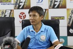 HLV Võ Đình Tân không hiểu vì sao cầu thủ sút ra ngoài dù khung thành trống