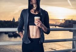 Uống cà phê trước khi chạy hoặc tập thể thao lợi hay hại?