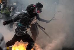Người biểu tình Hong Kong dùng vợt tennis chống lại hơi ga của cảnh sát