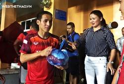 Trước ngày lên đường sang Thái Lan, Quang Hải nhận quà tiếp sức từ mẹ