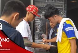 CĐV Nhật sang Thái Lan xin chữ ký ĐT Việt Nam