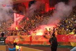 """""""Mưa"""" pháo sáng trút xuống, cầu thủ Hà Nội và Nam Định """"van nài"""" khán giả"""