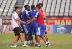 """Cầu thủ Hà Nội FC cười sảng khoái phản đối """"trọng tài"""" trên sân Vinh"""