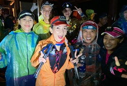 """Vietnam Mountain Marathon 2019 khai màn trong đêm mưa, VĐV """"cúng face"""" cầu may mắn"""