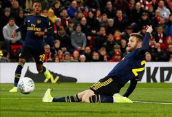 Mustafi đá phản gây sốc trước Liverpool nhưng CĐV Arsenal không ngạc nhiên