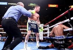 """Saul """"Canelo"""" Alvarez hạ gục Kovalev, trở thành nhà vô địch 4 hạng cân"""