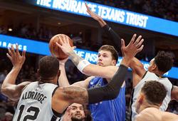"""""""Tặng"""" triple-double cho Spurs, Luka Doncic đi vào lịch sử cùng LeBron James"""