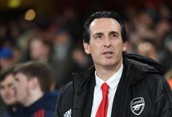 CĐV Arsenal giơ cao biển hiệu phản đối Emery sau thất bại