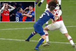 CĐV Arsenal nổi giận khi Jorginho không bị thẻ đỏ trước lúc ghi bàn