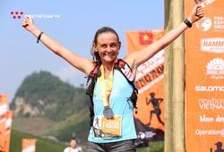 """""""Nữ hoàng kép"""" Vietnam Trail Marathon lên bục tại giải chạy siêu đường dài ở Hong Kong"""