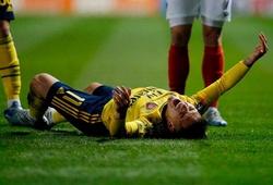 Tiền  vệ Arsenal phải thở oxy và chống nạng rời sân sau chấn thương