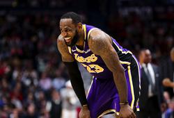 """LeBron James nói gì về cú ném """"logo"""" đang gây sốt?"""