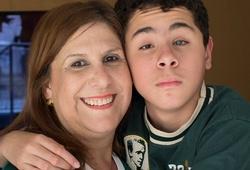 Câu chuyện ngày 8/3: Cậu bé mù được cảm nhận bóng đá nhờ tình thương của người mẹ
