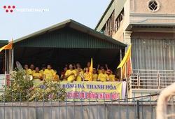 Không được vào sân, CĐV Thanh Hóa cổ vũ đội bóng từ… nhà cao tầng