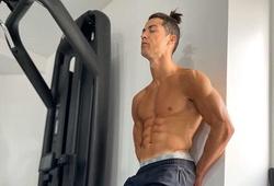 Ronaldo lại khoe cơ bắp sau khi bị chỉ trích trong quá trình cách ly