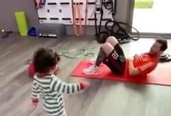 """Messi hướng dẫn con trai út tập thể dục khiến cư dân mạng """"thả tim"""""""