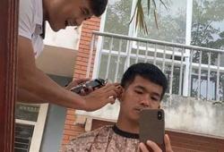 Hà Đức Chinh trổ tài hớt tóc cho đồng đội