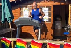 Kinh ngạc người đàn ông chạy marathon dưới 3 giờ trên máy chạy bộ