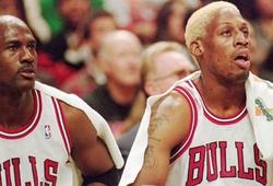 Trốn tập đi chơi, Dennis Rodman bị Michael Jordan tóm sống giữa lúc ... mây mưa