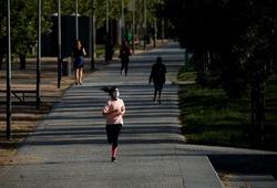 Người dân Tây Ban Nha đổ ra đường chạy bộ, đạp xe, tập thể dục sau 49 ngày phong tỏa