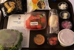 Cám cảnh bữa tối đạm bạc của sao NBA trong khu cách ly