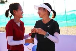 Hồng Lệ và Nguyễn Thị Oanh tự hào khi chạy trên cung đường gắn 3.000 lá cờ đỏ sao vàng