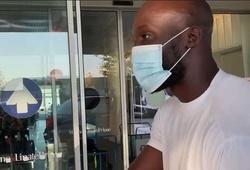 Lukaku cầm thứ gì của Chelsea khi rời phòng khám y tế ở Italia?
