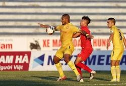 Thẻ đỏ và trọng tài đưa trận đấu Nam Định vs B.Bình Dương trôi về an toàn