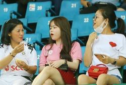 Huỳnh Anh vui vẻ cùng bố mẹ Quang Hải trên sân Thống Nhất