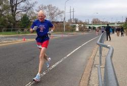 """Cụ ông 70 """"hụt"""" KLTG marathon vì đồng hồ GPS"""