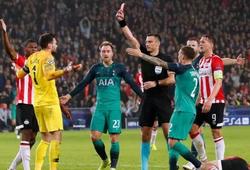 Pochettino an ủi Lloris vì phải nhận thẻ đỏ, gián tiếp khiến Spurs bị PSV cầm hòa