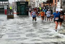 """Nhà VĐ Boston Marathon """"lội nước"""" chạy ở Venice"""