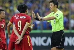 """Chưa cầm còi trận VN gặp Campuchia, trọng tài Trung Quốc đã nhận """"gạch đá"""""""