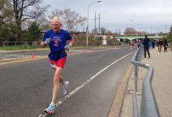 KLTG chạy marathon dưới 3h của cụ 70 tuổi Gene Dykes không được công nhận vì lý do không phải ai cũng biết