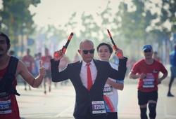 """NAG Hải Đông cosplay """"sát thủ lạnh lùng"""" trên đường đua marathon TPHCM"""