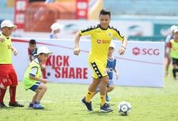 Hơn 150 em nhỏ phấn khích khi được chơi bóng cùng Quang Hải
