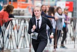 Kinh ngạc cô gái 24 tuổi lập KLTG mặc suit công sở chạy half marathon