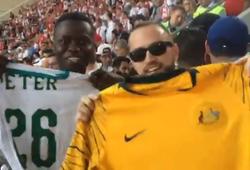 Khoảnh khắc World Cup 2018: CĐV Australia và Senegal đổi áo thể hiện tình yêu bóng đá