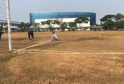 Cận cảnh mặt sân xấu hơn mặt ruộng khiến Olympic Việt Nam ngao ngán