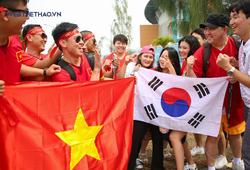 CĐV Olympic Việt Nam và Hàn Quốc đọ nhan sắc trước giờ bóng lăn