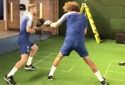 """David Luiz """"choảng nhau"""" với Jorginho trong phòng tập"""
