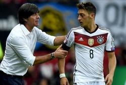 """Joachim Loew nhận """"cái tát"""" khi sang Arsenal gặp Ozil"""